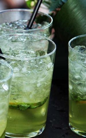 Bebidas: Mojitos. puchero de plata catering