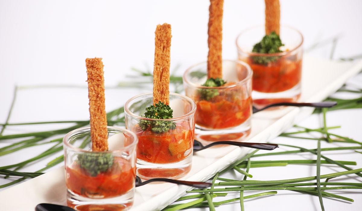 Catering: Vasitos de pisto manchego con bastoncito crujiente. puchero de plata