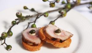 Catering: Montaditos de solomillo sobre pan frito con salsa de mostaza. puchero de plata