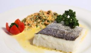 Catering: Lomos de merluza con juliana de la huerta. puchero de plata