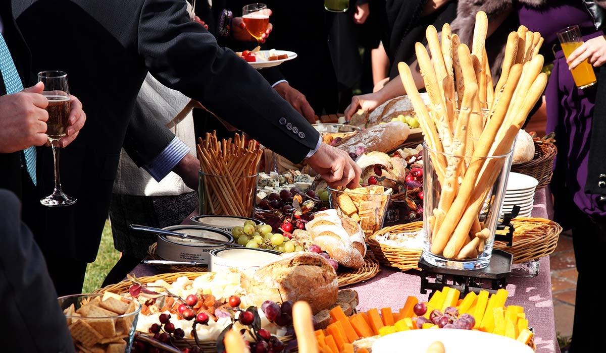 Catering: Decoración buffet de Quesos. puchero de plata