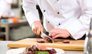 Preparaciones de catering. puchero de plata
