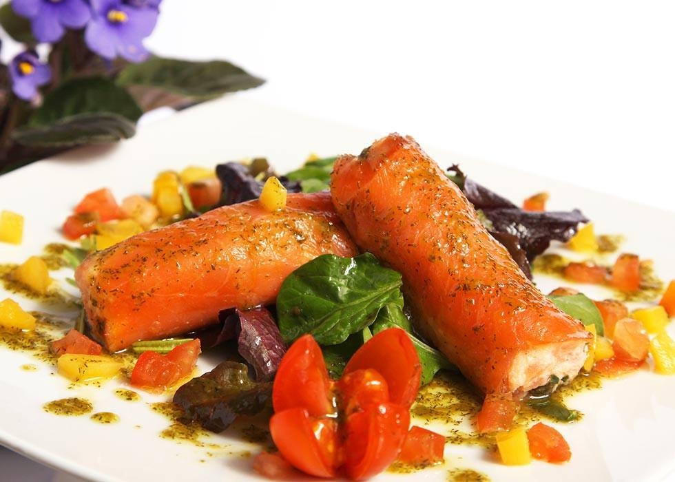 Catering: Ensalada de fantasía dos salmones con vinagreta de eneldo. puchero de plata