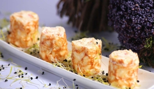 Catering: Mini crepe de crema de cangrejo y piña. puchero de plata