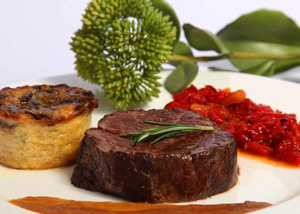 Catering: Solomillo a la broche. puchero de plata